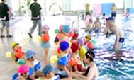 2011年のチャレンジデーに参加した北海道新得町の様子。温水プールで幼児が水に親しむためのプログラムを実施した(笹川スポーツ財団ホームページより)