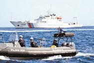 尖閣諸島周辺の日本領海内を航行する中国公船「海警」と海保のゴムボート(手前)=2013年、仲間均市議提供