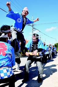南北に分かれ、伝統の大綱引きが行われた=28日午後、黒島東筋集落