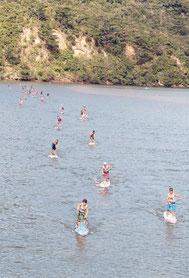 トゥドゥマリの浜から浦内川を往復するロングレース=29日午前、西表島