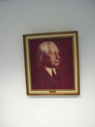 Porträt von Flick im Vorraum zum Lehrerzimmer - Auch ein VORBILD?