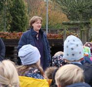 Einleitende Worte von Frau Hingst vor dem Eingang zum Erlebniswald