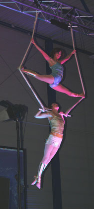 The duo 'High Society Trapezartistik' thrilled the audience with their exciting acrobatic performance.