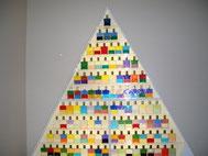 ピラミッド型の棚に111本のボトルが並んでいます♪