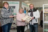 Bildmitte: Lehrerin Heike Paul, die die Ausstellung mit ihren Schülern erstellt hat. Foto: David Rötzschke