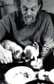 ⒍マスロフカの住人、詩人で彫刻家のイオガ ンソンの部屋は通りに面した一階にあり、窓 から猫や荷物が出入りする。1993年モスクワ