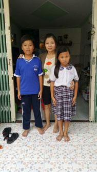 Phạm Hồ Bảo Long mit seiner Mutter und Schwester