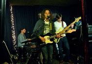 Michael Jochum, Johnny Rieger und Matthias Scherer (v.l.n.r.) sorgten für eine tolle Blues-Nacht im Topos (Foto: Nilles)