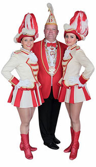 Sitzungspräsident Michael Specht mit zwei Ballett-Mädels