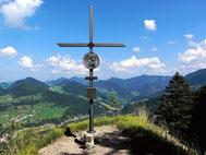 Auf der Felskanzel des Hiaslbergs mit dem Kreuz
