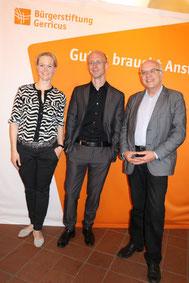Andrea Schmitz und Michael Brockerhoff von der Bürgerstiftung Gerricus mit Florian Sobetzko.