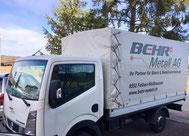 Die Blechbearbeitungsspedition liefert im Kleinlastwagen montierte Baugruppen