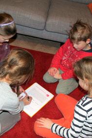 Josefine und Jonas (beide 6 Jahre alt) diskutieren mit Annika und Emilia (beide 8 Jahre alt) über die Riegelsberg Spielplätze und füllen gemeinsam den SPD-Fragebogen aus.