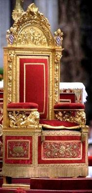 Trône pontifical, exposé lors d'une cérémonie au sein de la basilique Saint-Pierre, au Vatican.