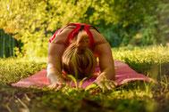 Yoga draußen Sonne frische Luft Park Wiese Entspannung Natur Zufriedenheit