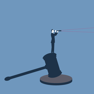 Ein Richterhammer als juristisches Symbol, auf dem ein Mann steht und durch ein Fernrohr blickt.