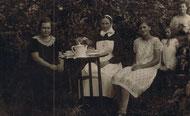 Kaffeepause ! Rechts Luise Neu (später Pieper), Mitte Schwester Meta