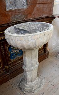 La table d'autel sert de couvercle