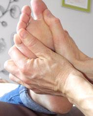 massage d'un pied avec les doigts