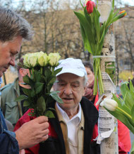 Ein alter Mann mit Blumen dabei, Gedenkveranstaltung  Bonhoeffer-Strasse am 9.April. Foto: Helga Karl