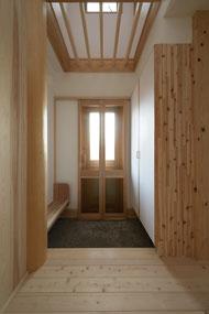 狭くてもベンチのある玄関