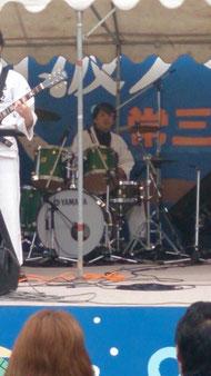 ドラムは吾郷直樹さん