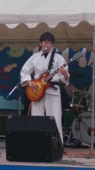 ギターは河野生磨さん