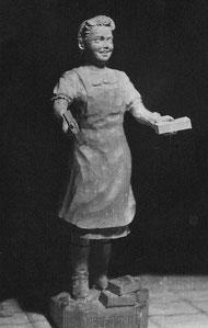 """R. Kunis """"Ziegelputzerin"""" (an das Amt für Denkmalpflege). Der Sockel trägt die Inschrift: """"HELFT MIT"""""""