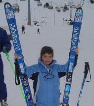 die Ski sind wohl etwas zu groß, aber Königsblau - Foto zeigt Maria, Aufnahme in Kühthai