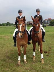 Sarah auf Glückspilz und Maren auf Deliano (v.L.) nach ihrer Siegerehrung für ihre erste A-Kür - 2.Platz - BRAVO !