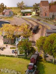 Blick auf das Dorf Munkbrarup, ganz hinten vor der Kulisse die Trasse zum Schattenbahnhof