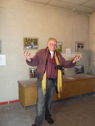 Fotograf Hartmut Gliemann beim Aufbau der Ausstellung
