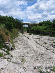 Ворота и дорога в пещерном городе