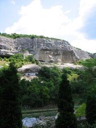 Постройки монастыря в скале