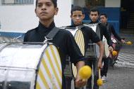 Stärkung des Selbstwertgefühls - Jugendliche beim Auftritt vor dem Rathaus