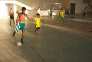 Regeln lernen & sportliche Ertüchtigung beim Fussballspiel im Dorf