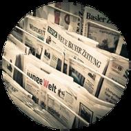 Zeitschriftenständer mit Tageszeitungen