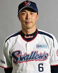 ヤクルトの遊撃手(三塁手)の宮本さんよ。サッカーの宮本さんを想像したあなたは面食いかしらね!リーダーシップも抜群だし、バントもすごいし、あたしの中で日本で1.2番目に守備のうまい人よ。(ちなみにもう一人はロッテ時代の小坂さんよ。ふむふむと相槌うてるそこのあなた!そこそこの野球通かしらね!)