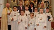Die Erstkommunionkinder mit Pfarrer Raimund Arnold