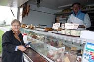 Femme âgée et boucher ambulant