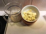 Weiße Schokolade, Sahne und Milch warten auf die Weiterverarbeitung