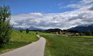 Auf einer Radreise zum Königssee . Eine Straße im idyllischen Allgäu kurz vor Füssen