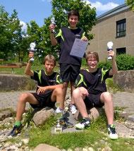 """""""Wir haben die Pokale!"""" - Jakob Gönner, Simon Öner und Yannik Bux (von links) sichern sich den Titel im Kreispokal."""