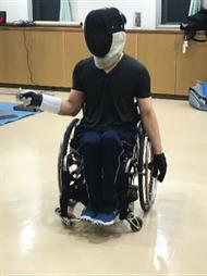 フェンシングの指導をする笹島選手