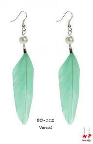 Boucles d'oreilles pendantes plumes vertes et perles nacrées