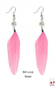 Boucles d'oreilles pendantes plumes roses et perles nacrées