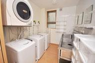 洗面所、洗濯機は無料、乾燥機1回100円
