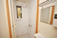 各階にシャワー室あります。無料