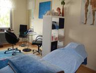Grosser Praxisraum mit Blick auf Liebe und Gesprächsteil mit Glastisch und Stühlen.