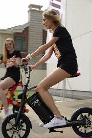 femme sur mini-scooter